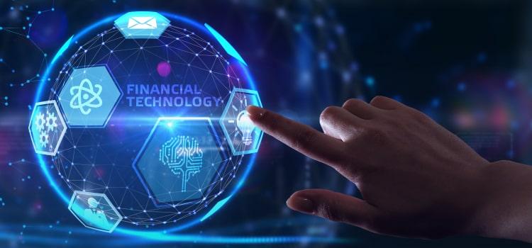 """Eine weibliche Hand zeigt auf das Symbol einer Glühbirne auf einer blau leuchtenden Weltkugel. Auf dem Globus steht der Text """"Financial Technology""""."""